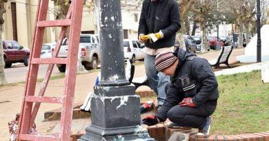"""Personal del Área de Estética Urbana pinta luminarias en plaza """"Independencia"""