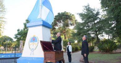 Ascúa, cumpliendo el distanciamiento social, izó el Pabellón Nacional en honor a San José